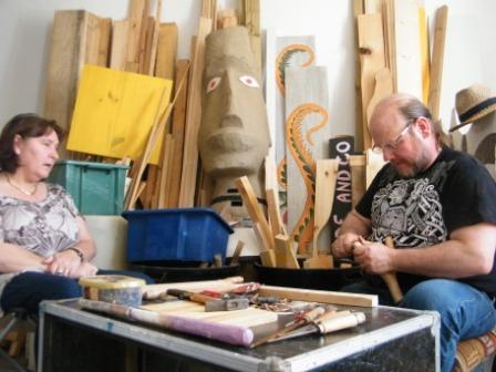Hervé le sculpteur, a quitté sa tronçonneuse pour un simple couteau!