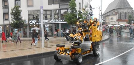 Le véhicule jaune nucléaire de la cie d'outre rue annonce quoi?...