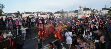 Le pont Henri IV envahi par les carnavaleux