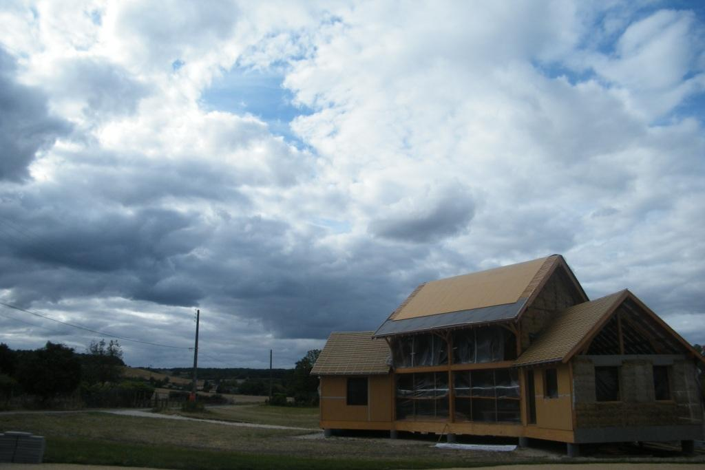 Une maison de paille et bois en construction