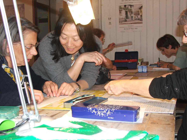 Etsuko enseigne la Calligraphie