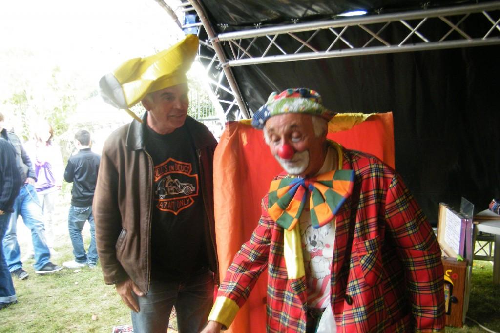Le roi KIKI LE BON à l'écoute de son allié COCO le clown.