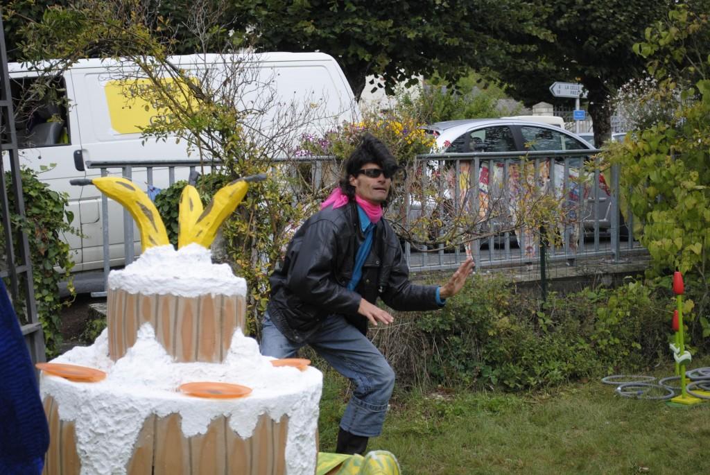 Le Roi SINED Premier et son arme fatale : le gâteau-banane !